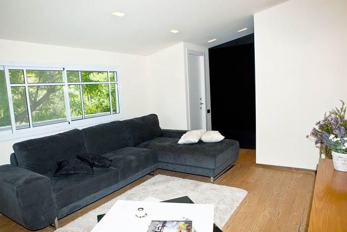 סלון מעוצב בשחור לבן עם פרקט של עץ לחימום האווירה