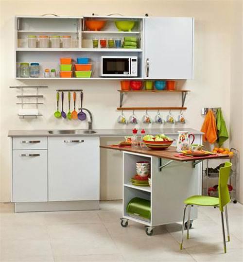 מטבח קטן וצבעוני של הום סנטר מטבחים. צילום: יח