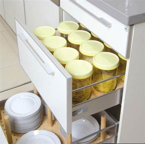 פתרונות אחסון מסתתרים גם בפרזול ובסידור נכון של המגירות - פז מטבחים. צילום: יח
