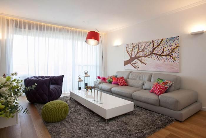 מבט אל הסלון המרשים עם כורסא סגולה שזורקת צבע ושובבות לחלל