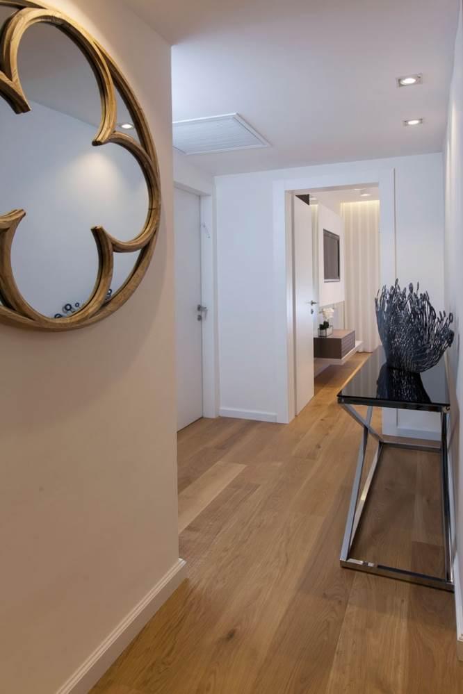 במסדרון שולבה מראה עגולה עם דוגמת תלתן המתכתבת עם הסגנון העיצובי הכולל