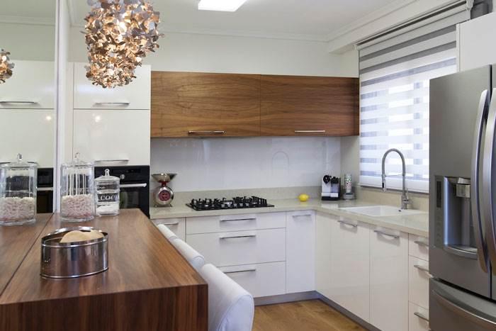 הצצה למטבח המשלב עץ וגווני לבן