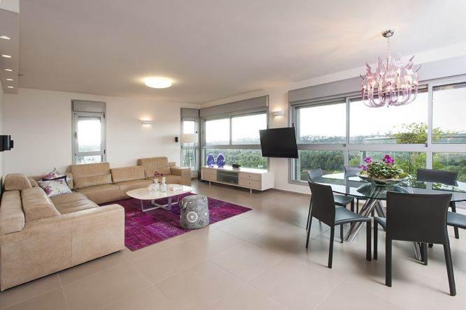 שטיח בצבעים עזים. סלון בדירה בהרצליה  בעיצוב ליאת הראל
