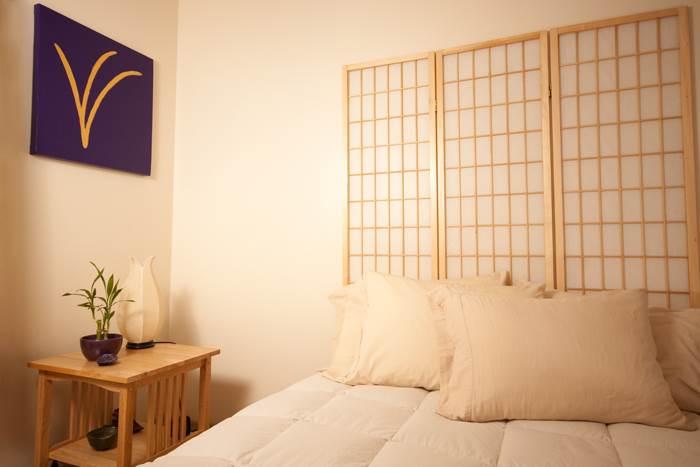 הרמוניה רגועה בחדר השינה בעזרת צבעים עדינים.