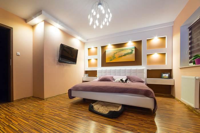 האם להכניס טלוויזיה לחדר השינה? זוהי דילמה אמיתית עבור זוגות רבים