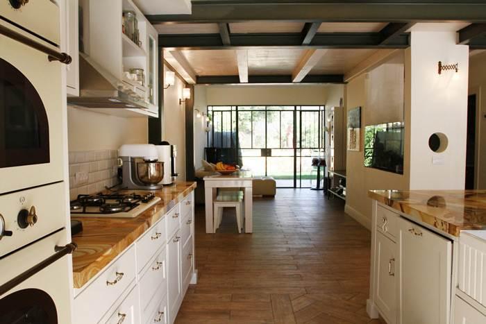 מבט מכיוון המטבח אל הסלון שטוף האור שבחלל המרכזי
