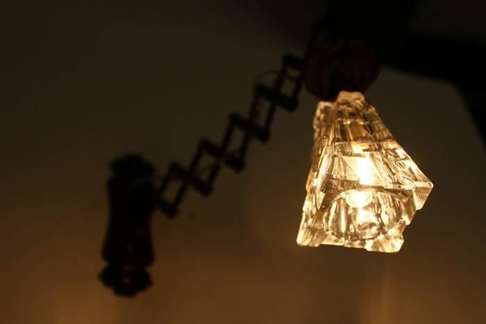תקריב על אחד מגופי התאורה המעוצבים ששולבו בעיצוב הפנים של הבית