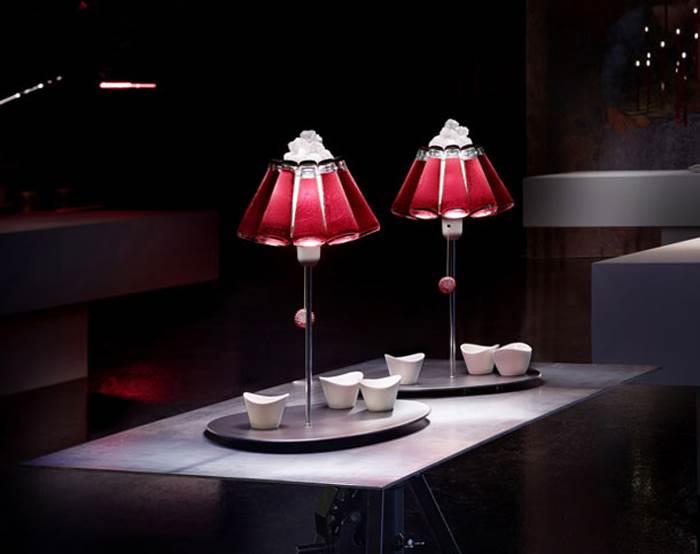 הומור וקלאסיקה בצבע אדום. מנורת שולחן CAMPARI BAR בעיצובו של REFFAELE CELENTANO ל INGO MAURER. להשיג בד.א גופי תאורה בע