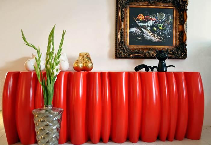 אובייקט אדום גדול (אפילו מאוד) יכול להשתלב בצורה הרמונית. קונסולה SLICED RED בעיצובו של שמואל בן שלום. להשיג ב TALENTS DESIGN.