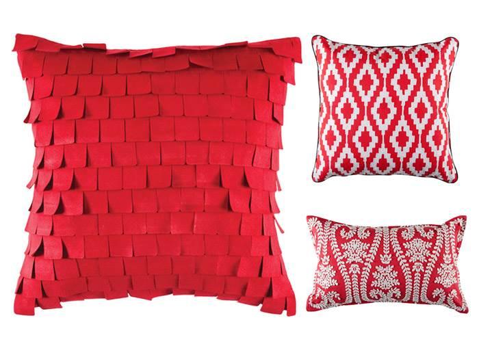 שילוב של מספר טקסטורות מאותו גוון ליצירת מופע מעניין של אדום. כריות נוי בצבע אדום דגם קרלה, ראווינה וג