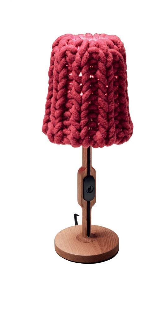 פרשנות משעשעת לשימוש בצמר ליצירת אהיל. מנורת שולחן עם אהיל סרוג דגם GRANNY לחברת CASAMANIA. להשיג בטולמנ