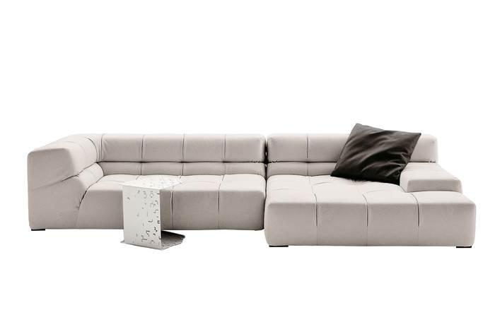 מערכת ישיבה שעוצבה בהשראת טבלת שוקולד. ספה מודולרית דגם TUFTY TIME בעיצובה של PATRICIA URQUIOLA. להשיג באולם הקונספט THE BOX.