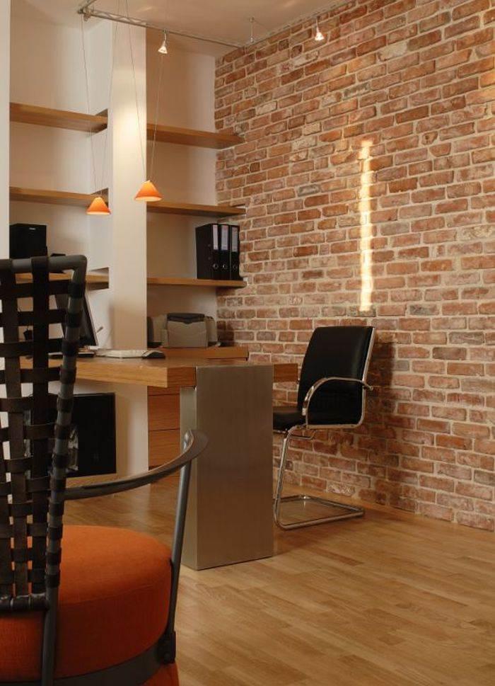הקיר הגדול בחדר העבודה חופה באבני סיליקט שיוצרים תחושה של מרחב גדול. שולחן עבודה ומדפים בעיצוב יפרח בן צבי