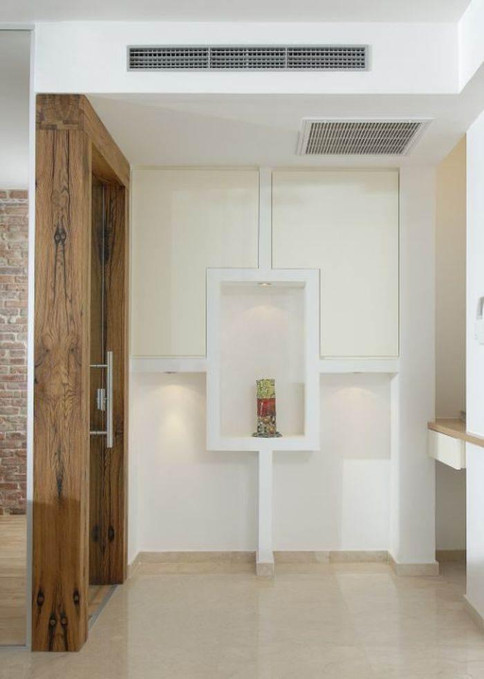 משקוף הדלת לחדר העבודה עשוי מאדני רכבת בעיצוב יפרח בן צבי