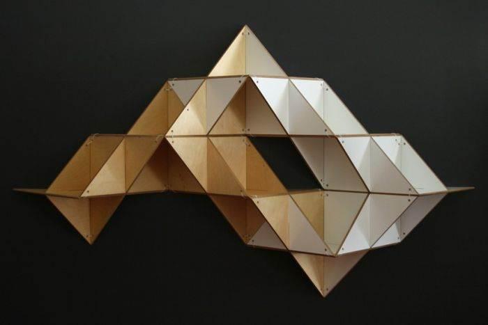 משולשים על גבי משולשים. מדף או קונסטרוקציה פיסולית? עיצוב: סטודיו J1
