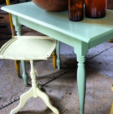 שולחן צד משופשף של Back Yard