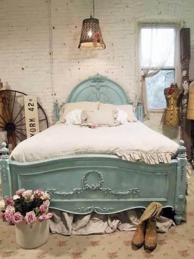 מיטה בגוון תכלת משופשף: חדר שינה באווירת