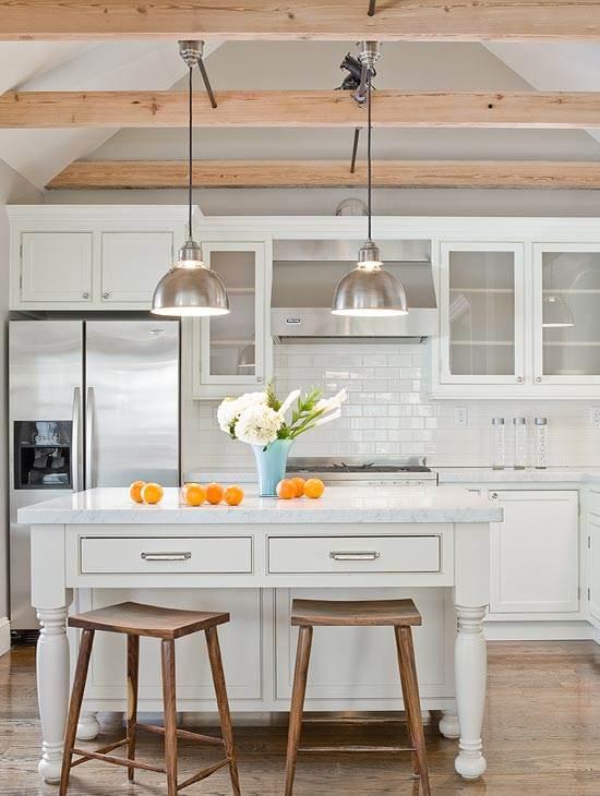 <br/>קורות חשופות מעץ במטבח במראה מודרני. מתוך: www.decorpad.com<br/>