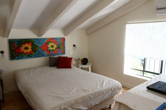 אפשר גם בחדר השינה: קורות 10/20 דו-שכבתיות עם תקרת גבס. הקורות צבועות בצבע עץ אטום. בית בעיצוב ליאת באר