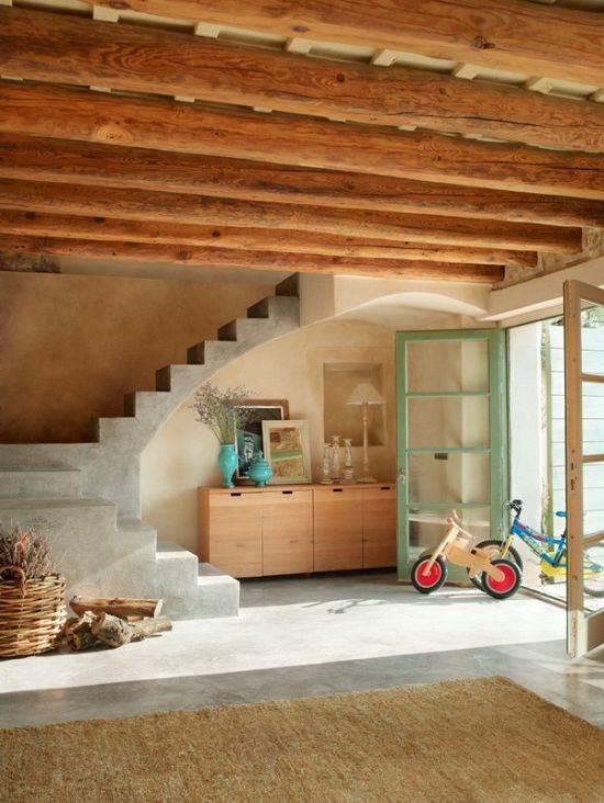 קורות מעץ בחדר האירוח בבית מרהיב בספרד. מתוך: www.homeadore.com