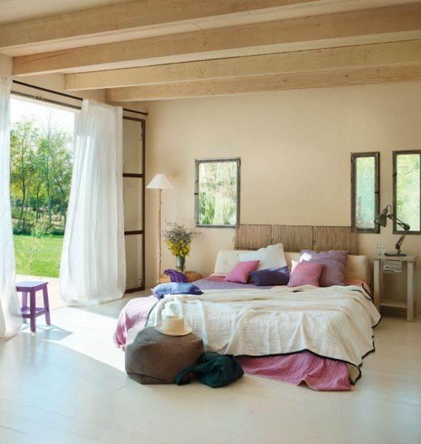 חדר שינה מקסים עם קורות מעץ בבית בספרד. מתוך: www.homeadore.com
