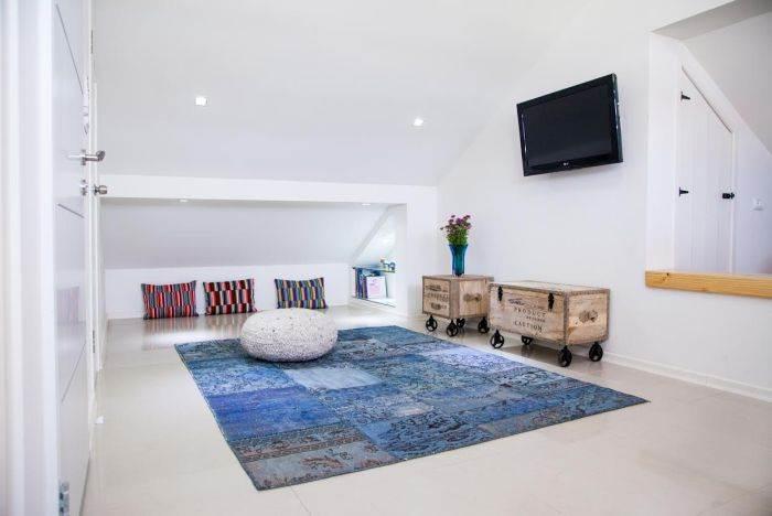 מבט כללי על החלל המרכזי בחדר. שטיח: צמר שטיחים, הדום סרוג: צמר שטיחים, ארגזים: ביתילי