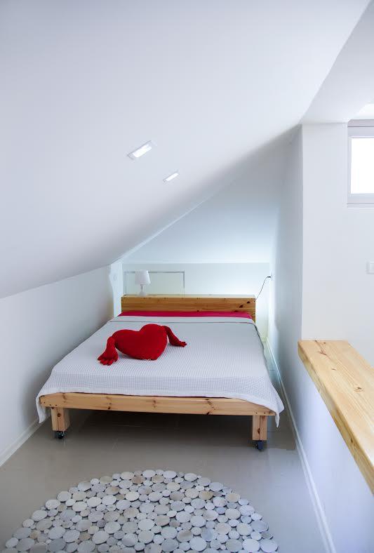 ניצול אופטימלי של האיזור הנמוך: נישת השינה האינטימית. שטיח: צמר שטיחים, מיטה בהתאמה אישית מהנגר: עמי אוחנונה