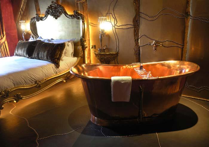 אמבטיות וכיורים מנחושת בסגנון רומנטי מבית WILLIAM HOLLAND. הם אפילו שומרים על חום. להשיג בויה ארקדיה.