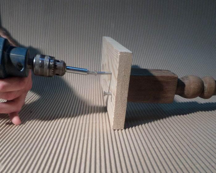 חברו את הרגל לבסיס העץ באמצעות צמד הברגים, ניתן להיעזר במברגה חשמלית