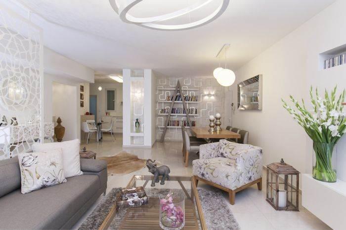 לאו דווקא צבעים מונוכרומנטיים: הדירה עוצבה בגוונים טבעיים יותר. מבט כללי על החלל המרכזי