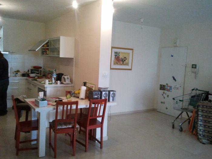 דלתות חדשות ופינת ישיבה עדכנית: כך נראה המטבח לפני השיפוץ