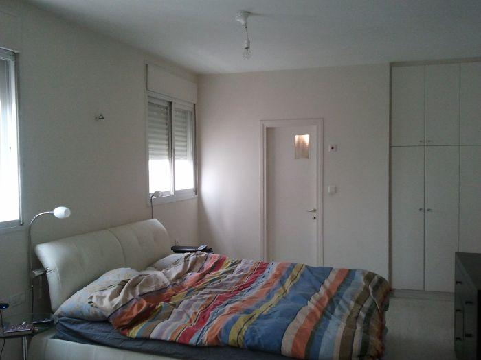 ממיושן למודרני וחמים: חדר השינה לפני השיפוץ