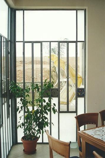 ישיבה בחוץ עם תחושה של פנים: חדר שמש מעוצב משילוב קרמיקה ארמנית וזכוכית בפרופיל בלגי מסוגנן. מבית רוםסן - אומנות הפרופיל הבלגי