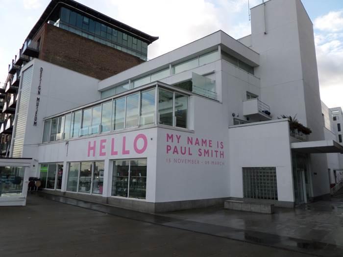 המבנה של ה- Design Museum עם הגראפיקה של התערוכה של Paul Smith.