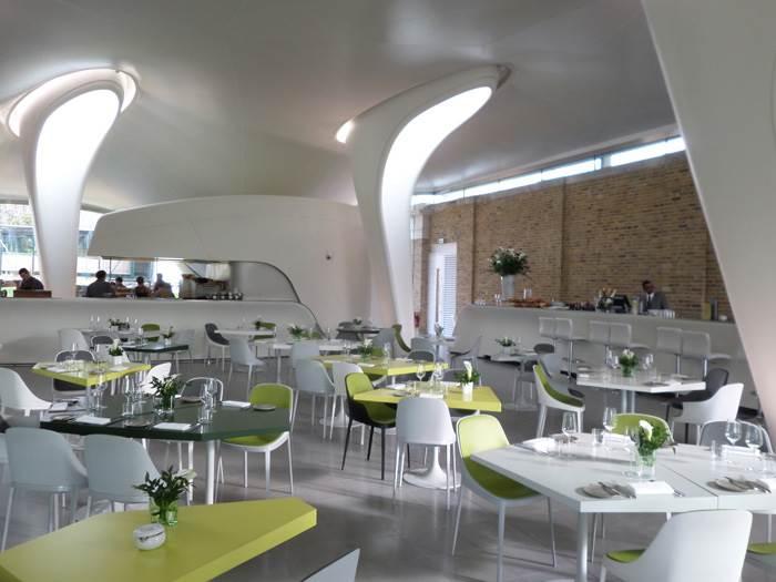 אלמנט משפכי האור במסעדה מספק תאורה טבעית לחלל.