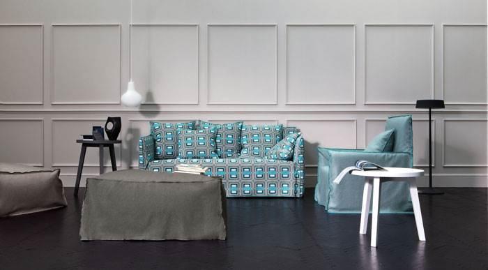 ספה במראה ים תיכוני עם טקסטורות בצבע תכלת של חברת Gervasoni. להשיג בטולמנ