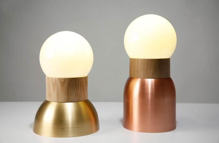 WEDDING LAMPS. אלון לבן / ASH WOOD, נחושת / פליז, זכוכית. צילום: גלעד לנגר.