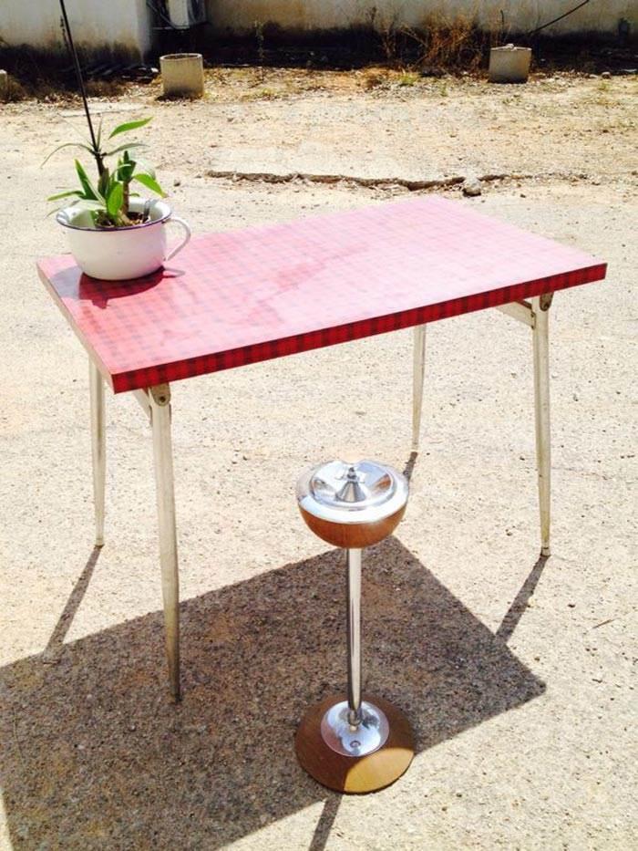 שולחן עם פורמייקה מקורית בטקסטורה אדומה. להשיג ב VINTAGEMANIA, נווה ימין.
