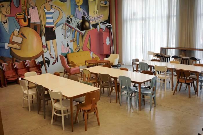 שולחנות עם פלטה עליונה מפורמייקה בחדר האוכל של משרדי חברת FIVERR. להשיג ב RACK & TACK, מותג עיצוב לריהוט משרדי ולחללי עבודה פרטיים.