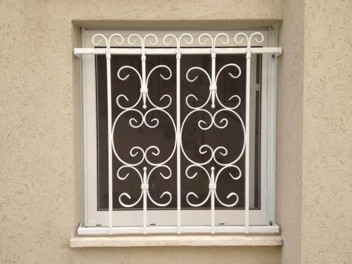אינסוף דוגמאות וקישוטים אפשריים: סורגים ישרים מברזל. מבית סגנון-אמנות העיצוב במתכת www.msignon.co.il