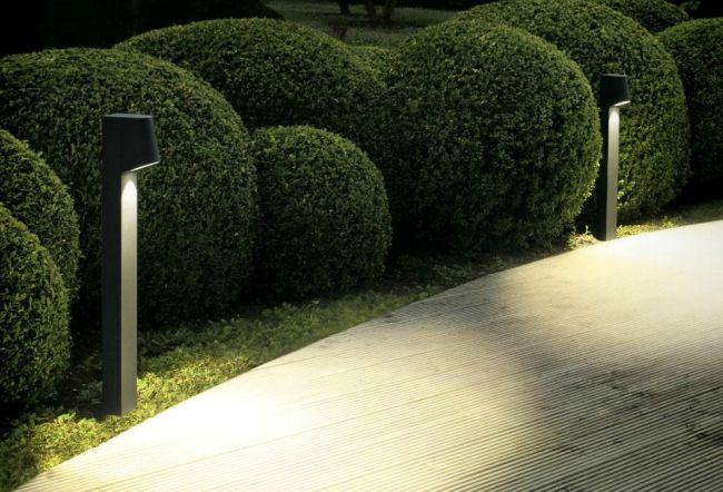 תאורת ההתמצאות מסייעת להבליט דרכי מעבר ושבילים: תאורה לגינה מבית יאיר דורם. צילום: יח