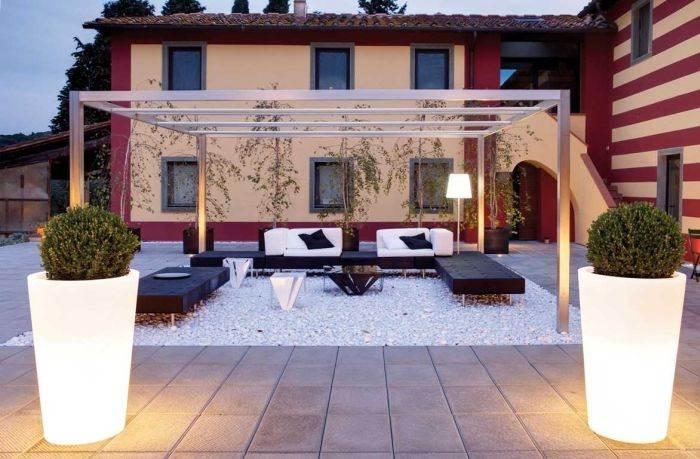 ניתן לשדרג את החצר על ידי שימוש בריהוט חפצים מוארים: תאורה מרהיבה לגינה מבית קמחי תאורה. צילום: יח