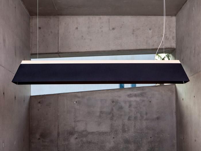 לא רק בטון. גוף תאורה LONG GIZA BLACK עשוי מלוחות אלומיניום וגוש עץ מחודד. צילום: יעל אנגלהרט.