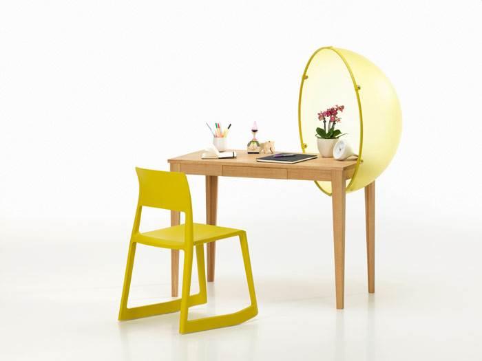 שולחן SPHERE בעיצובה של HELLA JONGERIUS וכסא TIP TON בעיצובם של BARBER & OSGERBY לחברת VITRA. להשיג בהביטאט.