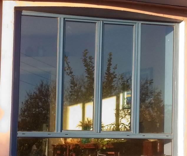 כל היתרונות: הצללה ומניעה של כניסת חום ודהייה של רכוש. ציפוי לחלון מבית אל-סאן. צילום: יח