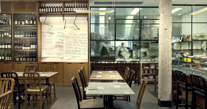 מסעדת שולחן של השף עומר מילר. במסעדה יש תחושה ביתית ומוכרת של חומרים לוקאליים כמו הבטון התל אביבי החשוף. צילום: יח