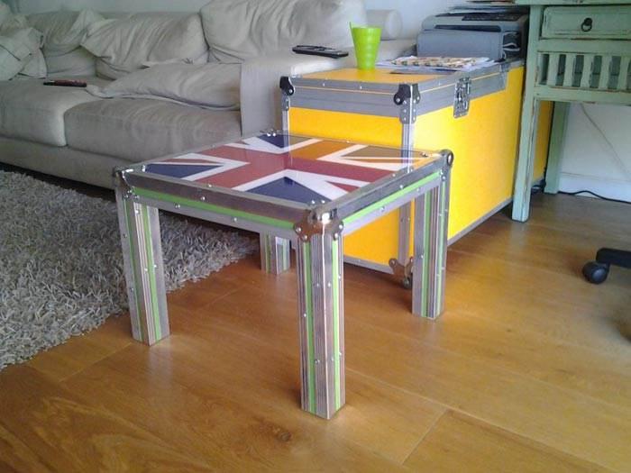 דגל אנגליה על שולחן צד ויחידת אחסון צבעונית לצד ספה.