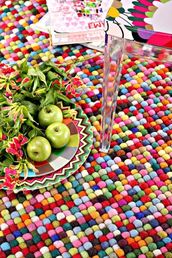 שטיח עבודת יד עשוי כדורים צבעוניים מצמר. להשיג ברשת כרמל שטיחים ופרקט