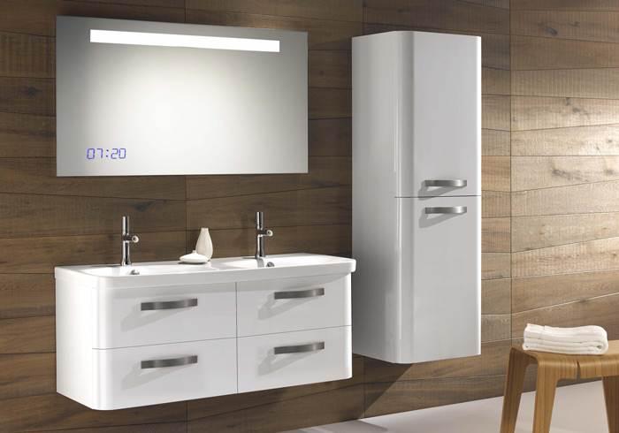 מראה מעוצבת לאמבטיה המשלבת שעון דיגיטלי, בעיצוב ג