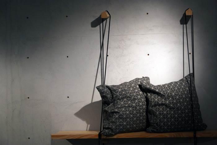 2 כריות אפורות - מתוך תערוכה בשואו רום של Spotti Milano באוצרות של Studio Pepe. צילום: Picture SE.<br/>
